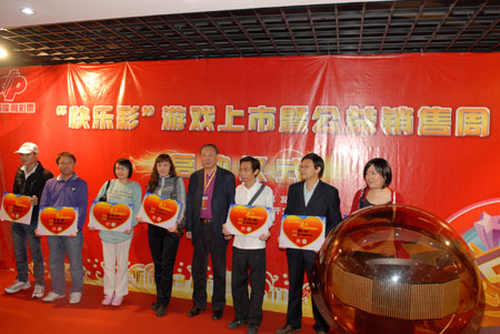 原民政部副部长、现中国社会工作协会会长徐瑞新向《寻找需要帮助的人》受助者发放资助金x